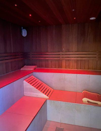 Softsauna er 42 grader varmt. Den primære varme kommer fra bænkene, så saunaen er meget mild.