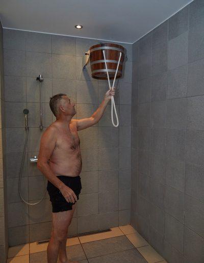 Tip herfra os: Det kolde vand er godt for kredsløbet og huden. Det kolde vand lukker porerne, og det er den perfekte afslutning på et saunabesøg, hvor porrerne i kroppen åbner sig og udrenser huden.